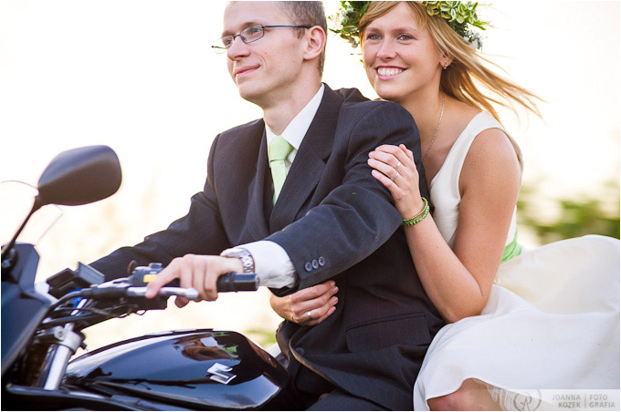 plener pary młodej na motocyklu | outdoor wedding session