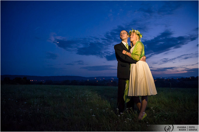 portret ślubny o zmroku| evening wedding session on the fields