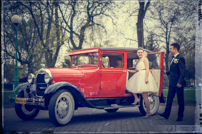 Vintage style wedding session in antic car