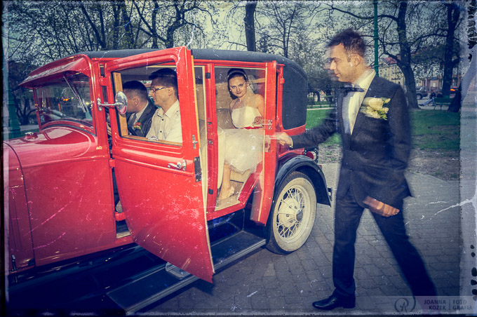 vintage wedding session in the antique car