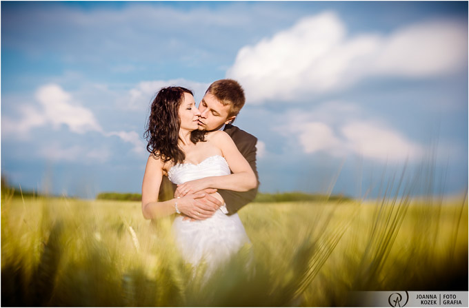 a romantic outdoor photo session in the fields of gold